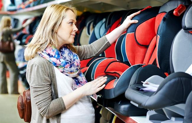 До какого возраста можно перевозить ребенка на руках в машине