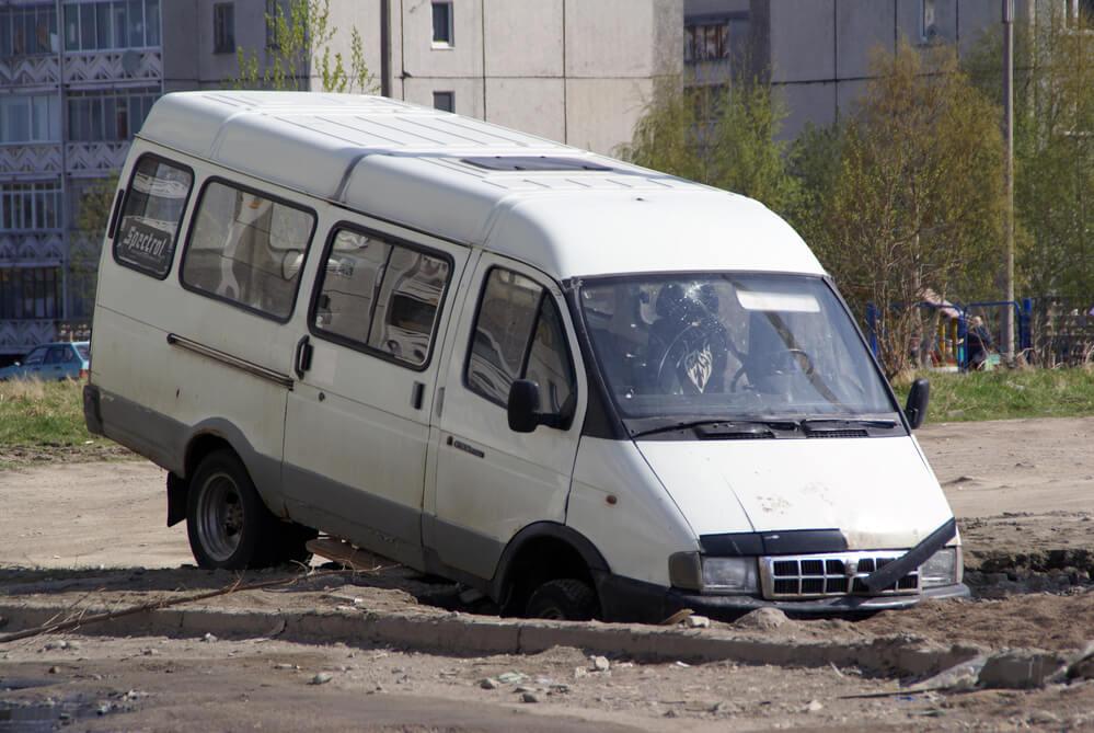 Если машина поймала яму на дороге, как оформить ДТП и возместить ущерб: пошаговая инструкция